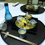 夕食和懐石(一品目)とオプションの冷酒