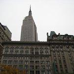 o hotel com o empire state atrás