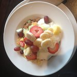 Yogurt-granola with fresh fruit