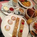 """""""украинский"""" завтрак: блинчик с мясом, вареники, блинчик с творогом и изюмом"""