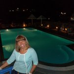 Vista noturna da piscina do hotel