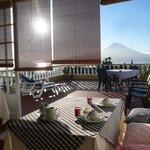 Frühstücksraum mit Blick auf Terasse und den gegenüberliegenden Pico