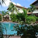 Blick auf Pool und Hotel