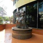 escultura na frente do hotel