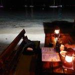 Table sur le bord de l'eau