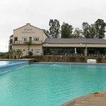 El comedor del hotel da a la piscina y al rio, una belleza!