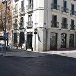 Fachada del local, al lado de la embajada francesa