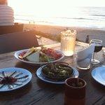 Délicieuse salade, anchois et pimientos devant coucher de soleil