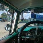 alrededores con coche clasico