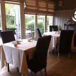 Tables du restaurant avec vue en terrasse