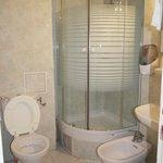 Bagno in camera, con doccia provvista di chiusura vetrata
