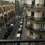 Veduta di Rue du Delta dal balcone della camera