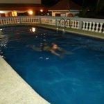 Un baño nocturno en la piscina