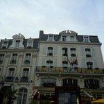 Alguns hotéis oferecem mesinhas para um refresco, em frente ao Castelo