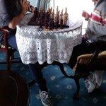 Jugando al ajedrez en la salita de estar