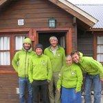 Grupo de escaladores y Clara en puerta de Cabaña N°4
