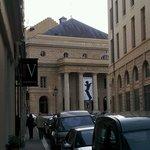 Das Odeon vom Hoteleingang aus gesehen