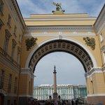 Arco del Edificio del Estado Mayor, fondo Plaza del Palacio, Palacio de Invierno y Columna de Al