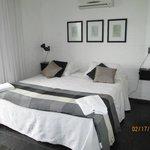dormitorio vista al mar con balcon