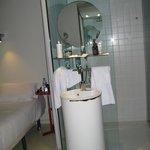 Μπάνιο ενιαίο με την κρεβατοκάμαρα