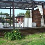 deck con sillones y vista  a la laguna