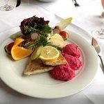 Zanderfilet mit Rote Betepüree und kleinem Salat