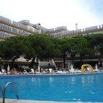 Вид на отель со стороны бассейна.