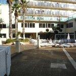 Вид на отель от бассейна.