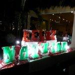 Рождественский декор перед входом в ресторан