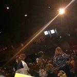 O Teatro é muito grande, tinha muita gente ainda atrás de nós.