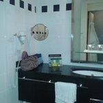 Salle de bain propre et moderne