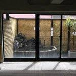 Baño público en la última planta con pequeño Onsen al aire libre