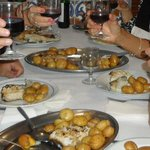Um divino bacalhau assado com batatas a murro.