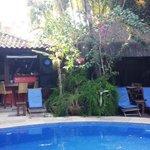 Área da piscina, com cozinha gourmet ao fundo