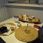 Il tavolo coi resti della rpima colazione