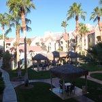 Vista da piscina e jardins internos