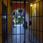 Eingang ins Hotel von der Amalia Piga aus
