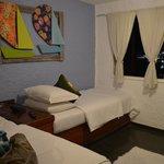 Sala de TV com duas camas