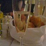 deilige rundstykker  og champagne