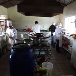 Einsehbare Küche, recht sauber