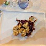 Bocconcini di rana pescatrice con radicchio rosso caramellati al frutto della passione. Piatto e