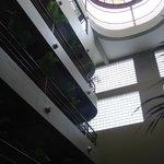 Os andares têm vasos de palmeirinhas e no último há um terracinho com bar e piscina a céu aberto