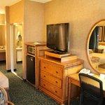 Flachbildfernseher mit Kühlschrank und Schreibtisch