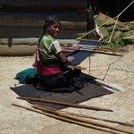 Chamula-Weberin in einem Weiler am Huitepec