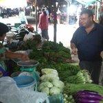 Eric en Malineee kopen alles dagvers op de markt