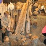 Рыбак рубит дрова