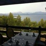 Table en terrasse et vue panoramique sur la baie