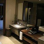 Salle de bain superbe et produits haut de gamme