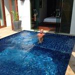 Détente dans la piscine