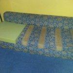 sofá roto con una espuma